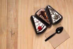 Placa com 3 tipos de bolos Imagem de Stock Royalty Free