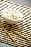 Placa con arroz y palillos imágenes de archivo libres de regalías