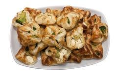 Placa con bróculi y galletas blancas del queso Fotografía de archivo