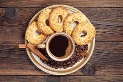 Placa con café y galletas Fotos de archivo