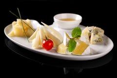 Placa con cuatro tipos de queso imagen de archivo