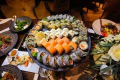 Placa con diversos tipos de sushi Foco selectivo fotos de archivo libres de regalías