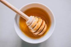 Placa con el cazo de la miel Imagen de archivo