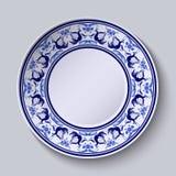 Placa con el modelo en el estilo del gzhel de la pintura en la porcelana Ornamento ancho a lo largo del borde con las flores y lo Fotos de archivo