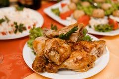 Placa con el pollo asado Fotografía de archivo libre de regalías