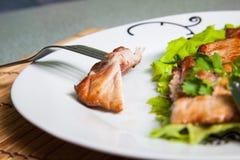 Placa con la carne asada a la parrilla en la tabla Fotografía de archivo libre de regalías