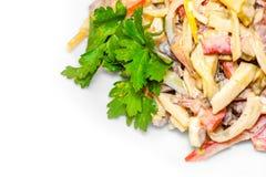 Placa con la ensalada fresca sana deliciosa en el fondo blanco, aislado imagen de archivo