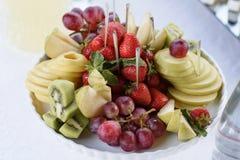 Placa con la fruta brillante y fresca Fotografía de archivo libre de regalías