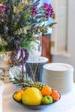 Placa con la fruta en una tabla adornada festiva Foto de archivo