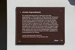 Placa con la información general en el cementerio judío en el Vreelandseweg en Hilversum Imágenes de archivo libres de regalías