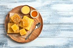 Placa con la miel deliciosa y los panales frescos Fotos de archivo libres de regalías