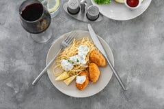 Placa con las croquetas y los espaguetis de color salmón sabrosos Imagenes de archivo