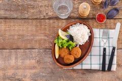 Placa con las empanadas y el arroz de color salmón sabrosos Imagen de archivo libre de regalías