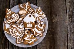 Placa con las galletas de la Navidad en el fondo de madera, visión superior Fotografía de archivo