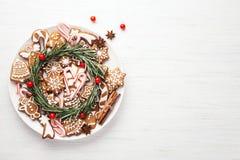 Placa con las galletas del pan de jengibre de la Navidad imagenes de archivo