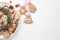 Placa con las galletas del pan de jengibre de la Navidad foto de archivo libre de regalías