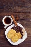 Placa con las galletas y el café Foto de archivo libre de regalías