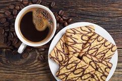 Placa con las galletas y el café del chocolate Foto de archivo libre de regalías