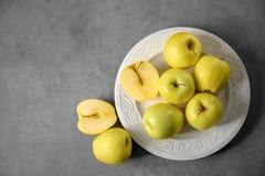 Placa con las manzanas amarillas maduras Imagen de archivo libre de regalías