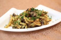 Placa con las patatas y las setas fritas Imagen de archivo libre de regalías