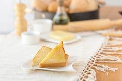 Placa con las tostadas sabrosas con la miel y el queso Fotografía de archivo