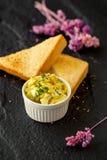 Placa con las tostadas sabrosas con la miel y el queso Fotografía de archivo libre de regalías