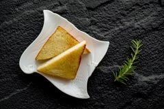 Placa con las tostadas sabrosas con la miel y el queso Foto de archivo libre de regalías
