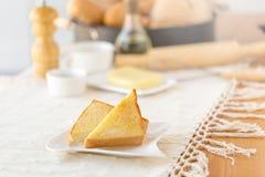 Placa con las tostadas sabrosas con la miel y el queso Fotos de archivo libres de regalías