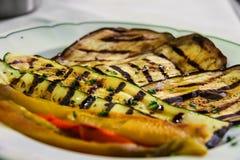 Placa con las verduras asadas a la parrilla en restaurante italiano tradicional Imagenes de archivo
