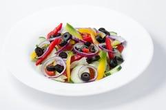 Placa con las verduras cortadas en pedazos crudas mezcladas Foto de archivo
