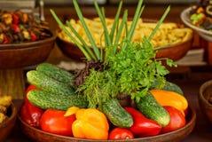 Placa con las verduras maduras frescas en la tabla Fotografía de archivo libre de regalías