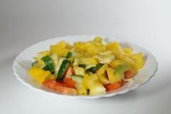Placa con las verduras tajadas Imagenes de archivo