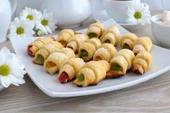 Placa con los croissants hechos en casa Imagen de archivo