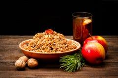 Placa con los eslavos tradicionales de la invitación de la Navidad el Nochebuena C Imagenes de archivo