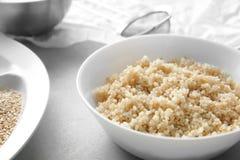 Placa con los granos blancos orgánicos brotados hervidos de la quinoa Fotografía de archivo