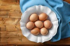 Placa con los huevos crudos foto de archivo libre de regalías