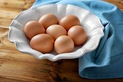 Placa con los huevos crudos imagen de archivo libre de regalías