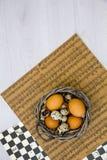 Placa con los huevos de codornices y los huevos del pollo Huevos de codornices en un cuenco de madera Lugar para el texto dieta d Fotos de archivo