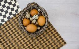 Placa con los huevos de codornices y los huevos del pollo Huevos de codornices en un cuenco de madera Lugar para el texto dieta d Imagen de archivo libre de regalías