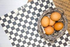 Placa con los huevos de codornices y los huevos del pollo Huevos de codornices en un cuenco de madera Lugar para el texto dieta d Foto de archivo libre de regalías