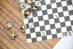 Placa con los huevos de codornices y los huevos del pollo Huevos de codornices en un cuenco de madera Lugar para el texto dieta d Imagenes de archivo