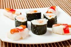 Placa con los rodillos de sushi deliciosos Imagen de archivo libre de regalías