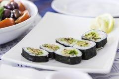 Placa con los rollos de sushi Fotos de archivo libres de regalías