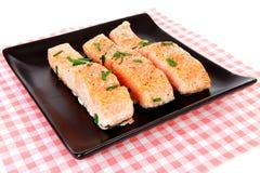 Placa con los salmones frescos en servilleta checkered Fotografía de archivo