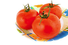 Placa con los tomates foto de archivo