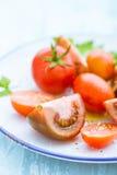 Placa con los tomates clasificados Imagenes de archivo