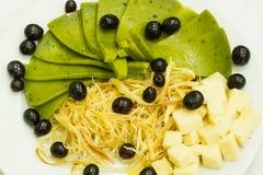 Placa con queso y aceitunas Imagen de archivo libre de regalías