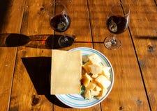 Placa con queso y vino tinto del regiano del parmigiana imagen de archivo libre de regalías