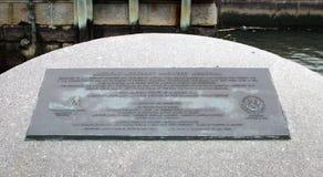 Placa conmemorativa americana del ` s de Mariner del comerciante situada en el parque de batería en Manhattan céntrica fotografía de archivo