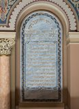 Placa conmemorativa con una inscripción en hebreo en la pared en el coral de la sinagoga en la ciudad de Bucarest en Rumania foto de archivo